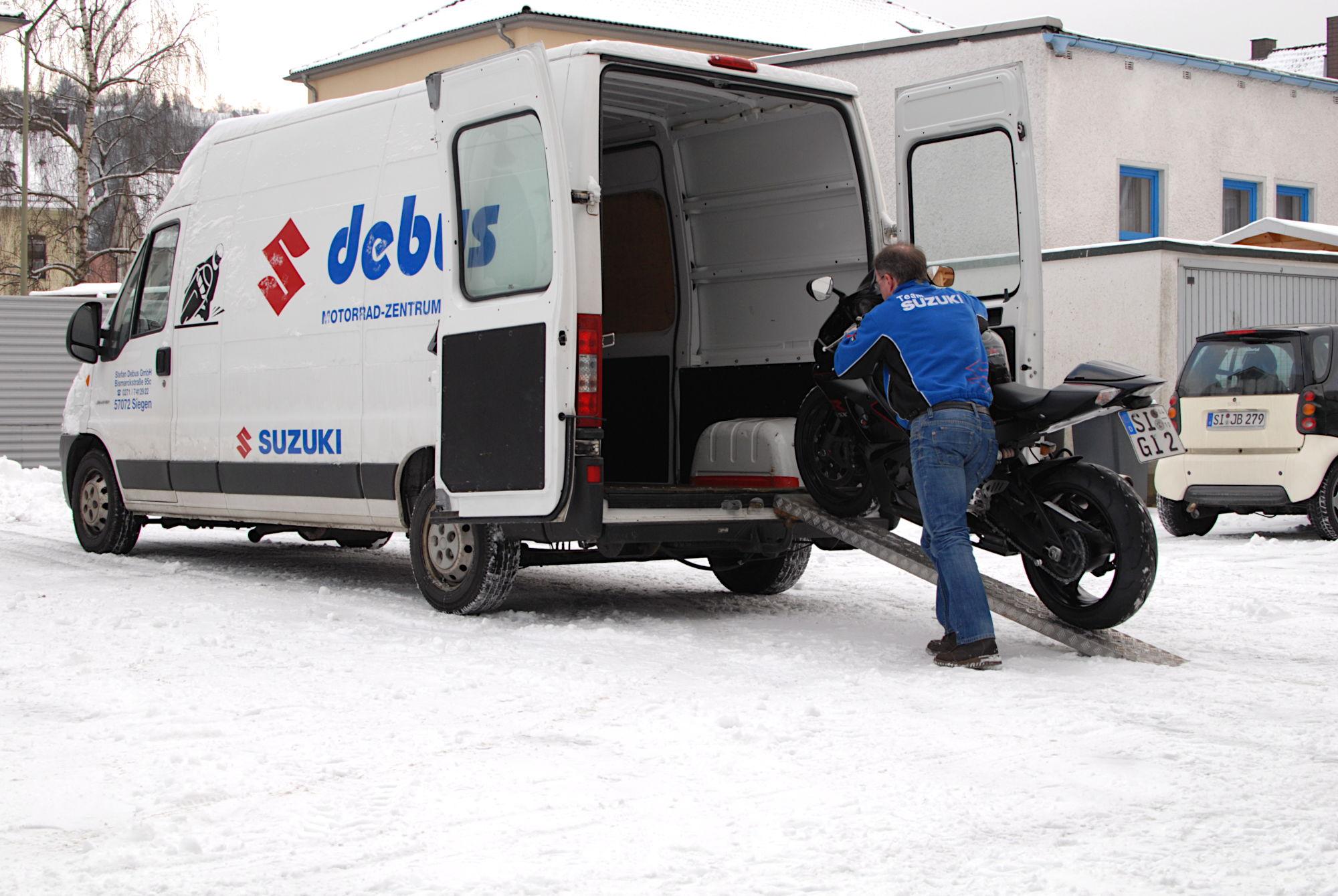 Motorrad Abschleppservice in Siegen. Das Motorrad wird per Rampe in einen Transporter geschoben.